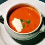 Pittige tomatensoep met gember-peperroom